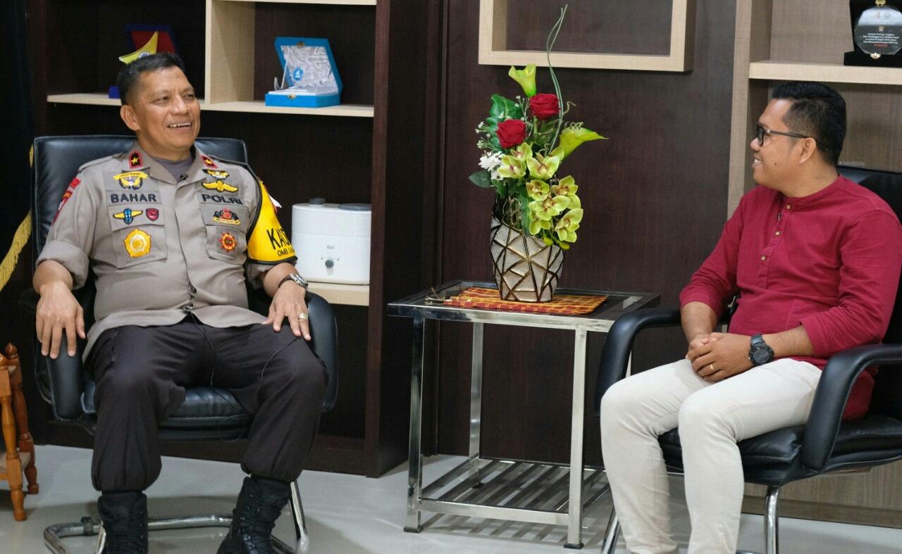 Tokoh Pemuda Sulbar asal Karossa, Ashari Rauf saat berbincang-bincang dengan Kapolda Sulbar, Brigjen Pol Drs. H. Baharuddin Djafar